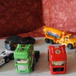 6 petits camions (jouets)