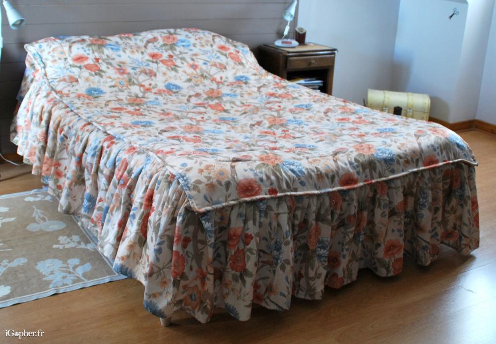 couvre lit satin matelass ancien 3 volants. Black Bedroom Furniture Sets. Home Design Ideas